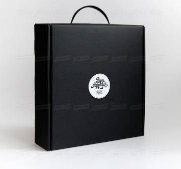 Производство упаковки - чёрный чемоданчик  с ручкой.