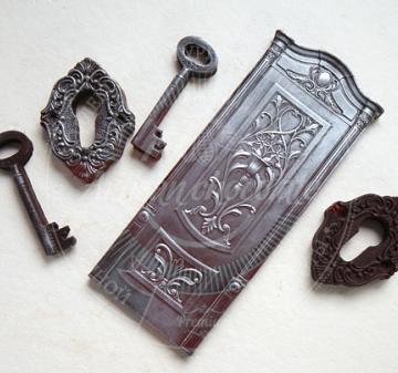 Новогодние корпоративные подарки из шоколада оптом   Барельефы из шоколада: дверь, дверная петля, дверная скважина, ключ, вес 210 г. Шоколад темный, содержание какао 54.1% Подарочная упаковка: пенал из фанеры с полноцветной печатью по дереву в корпоративном стиле компании, размер упаковки: 210х210x40мм.