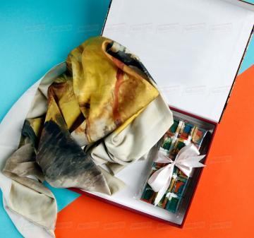 Подарки деловым партнерам и клиентам   -Женский головной платок 70х70, шелковый с авторским принтом.  Креативный шоколад, подарочная упаковка кашированный картон. Брендирование. Изготовление, пошив платков по вашему ТЗ. Дизайн-макеты платков.