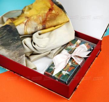 Подарки клиентам с логотипом компании   -Женский головной платок 70х70, шелковый с авторским принтом.  Креативный шоколад, подарочная упаковка кашированный картон. Брендирование. Изготовление, пошив платков по вашему ТЗ. Дизайн-макеты платков.