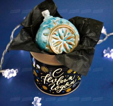 Необычные корпоративные подарки Новогодний ёлочный шар из темного шоколада  Итальянский тёмный шоколад, содержание какао 54%. Вес: 140-150 г, диаметр 10 см. Шар внутри полый. Возможно изготовление шоколадных шаров с начинкой. Упаковка: картонный тубус (брендирование бесплатно). Размер: диаметр 12,2 см, высота 15 см. Вес подарка: 260 г. Изготовим индивидуальные новогодние ёлочные шары из шоколада с барельефом в тематике мероприятия, логотипом вашей компании.