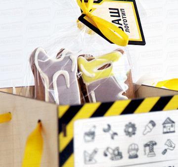 """Подарки оптом на день строителя   - Кружка с карабином 0,33 л, нержавеющая сталь (гравировка логотипа) - Чай черный с чабрецом 60 гр. - Имбирное печенье на строительную тему - 2 шт. (пила, гаечный ключ) - Сито для  чая - Деревянная игрушка """"Домик""""с логотипом Вашей компании  - Подарочная коробка из дерева (оформление в корпоративном стиле Вашей компании). Размер: 120х115х115мм. Вес подарка: 400г.  корпоративные подарки и сувениры к мероприятиям"""