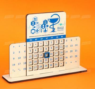 Настольный календарь из дерева с логотипом