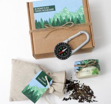 23 февраля подарки мужчинам оптом | - Компас с карабином - Крупнолистовой чай «Таёжный-премиум» (китайский чай пуэр, индийский чай ассам, листья мяты, ягоды можжевельника) в текстильном мешочке, 80 гр.- Крем-мед мятно-липовый 100 мл (возможны другие вкусы) - Открытка-инструкция, как пользоваться компасом -  Размер: 17,5x15x8 см. Вес подарка: 450 г. | Cувениры оптом на выставку, конференции и мероприятия с брендированием.