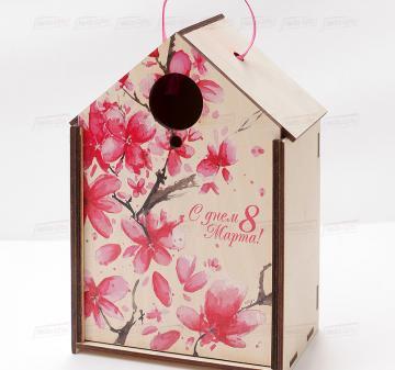 упаковка для корпоративных подарков на  8 марта Подарочный футляр для подарков из дерева в виде дома или скворечника, фанера 5 мм. Брендирование бесплатно. Печать любого векторного изображения.Размер: 180х260х110мм.